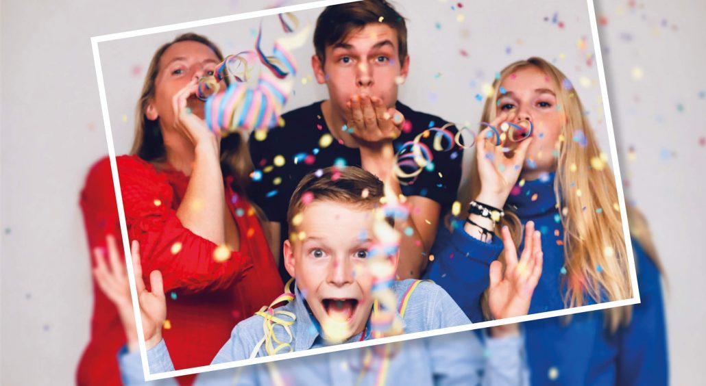 Familie wirft Konfetti und Luftschlangen