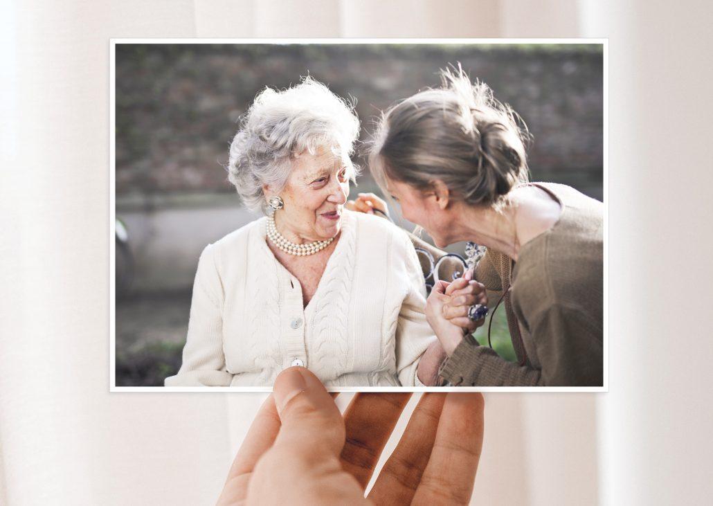Postkarte mit Motiv alte Frau und Tochter