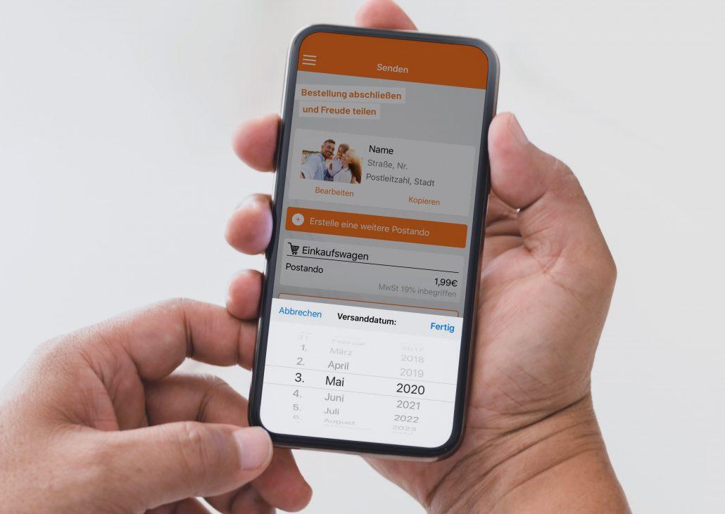 Handy-Bildschirm auf dem ein Versanddatum für eine Postkarte ausgewählt werden kann