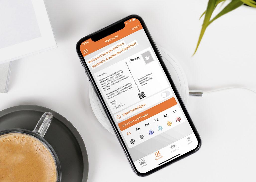 Handy-Bildschirm mit geöffneter Postkarten App in der die eigene Unterschrift eingefügt wird