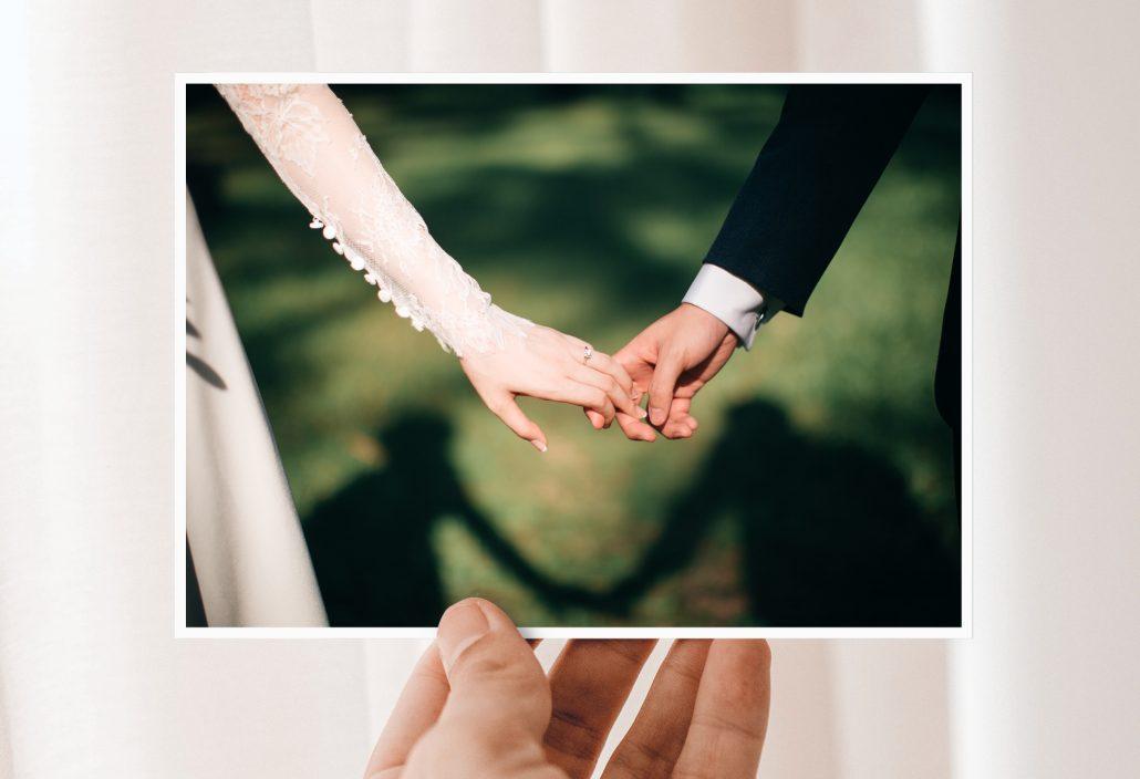 Hochzeitskarten EInladung Paar hält Hand