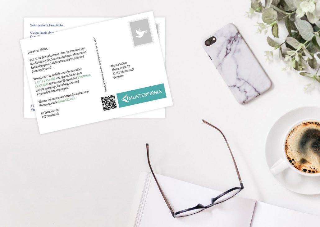 DSGVO konforme Postkarte Rückseite auf Schreibtisch