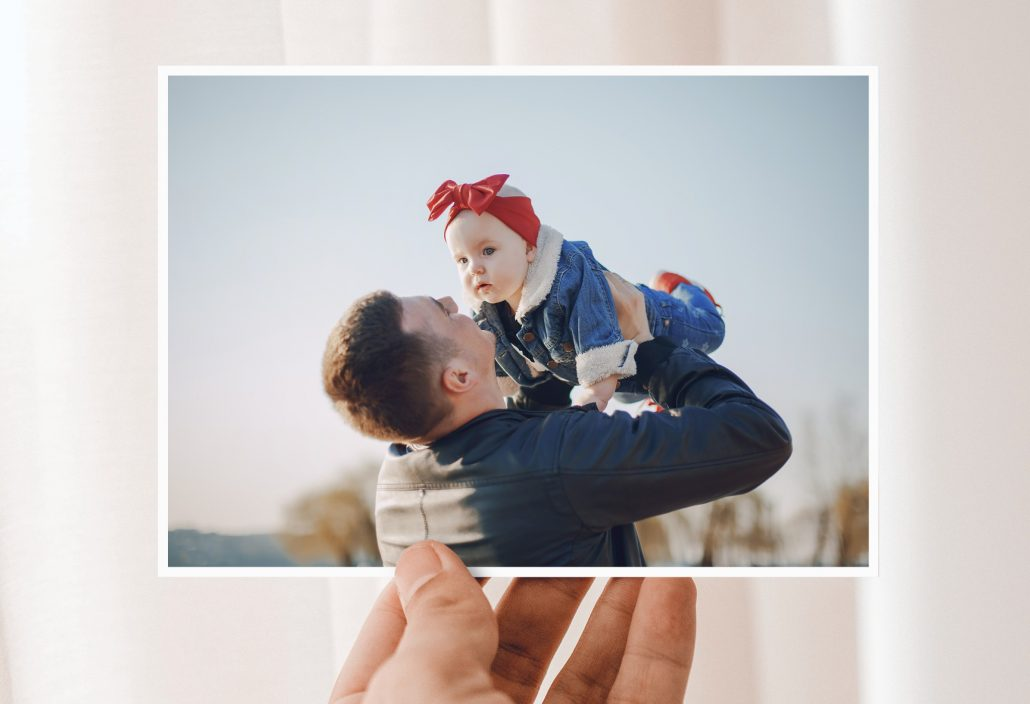 Vatertagskarten mit Papa und Kind auf dem Arm