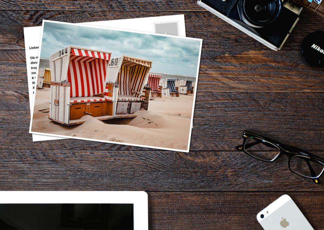 sommerliche Postkarte aus der DACH Region mit Ostsee Strandkörben