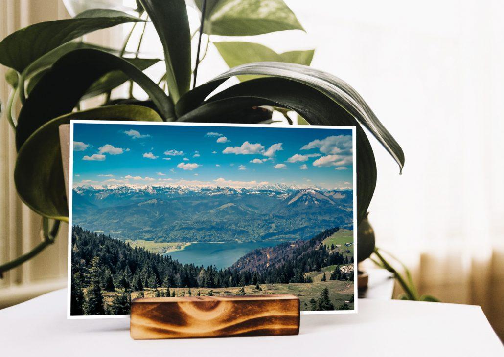sommerliche Postkarte aus der DACH Region mit Bergen und See